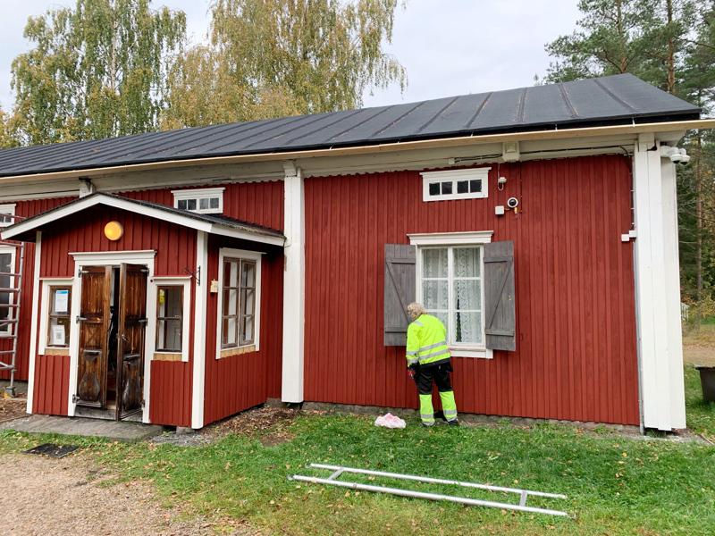 Järvelän taloon maalattiin uusi punamulta. Puuhkalan kotiseutumuseon rakennusten ikkunoita, ulkoportaita ja kaiteita maalataan myös tämän viikon aikana.
