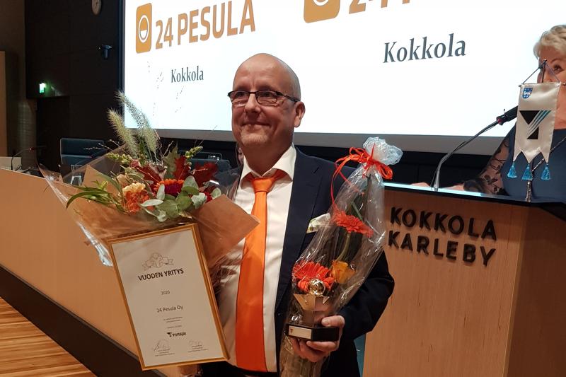 24 Pesula Oy:n toimitusjohtaja Asko Nevala otti vastaan Keski-Pohjanmaan Yrittäjien maakunnallisen yrittäjäpalkinnon.
