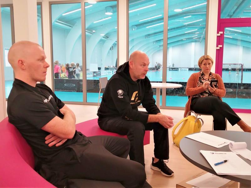 Päävalmentaja Markus Åbb (keskellä) ennakoi tasaista sarjaa. Puolustaja Jonathan Eklund ja seuran puheenjohtaja Carolina Isomaa eivät väitä vastaan.