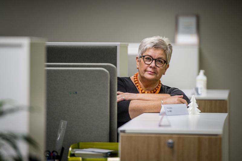 Annukka Koskella on takana työuraa neljä vuosikymmentä. Tällä hetkellä hän työskentelee palvelusihteerinä Kokkolan kaupungin varhaiskasvatuksen hallinnossa.