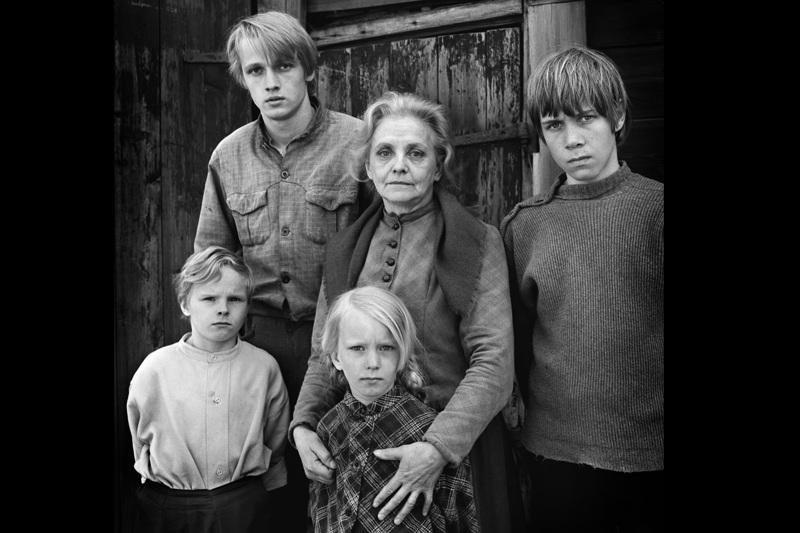 Perhekuvassa takana kirjailija Toivo Pekkasen fiktiominä Samuel Oino (Jouni Jalarvo) sekä äiti (Hellin Auvinen-Salmi).