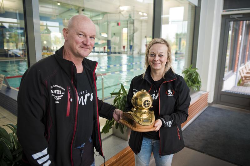 Komea pokaali koristaa tällä hetkellä Sukellusseura Ahdin palkintokaappia. Jukka Haapala ja Niina Nieminen antavat ison kunnian palkinnosta hyvät harjoitteluolosuhteet tarjoavalle Uikolle.