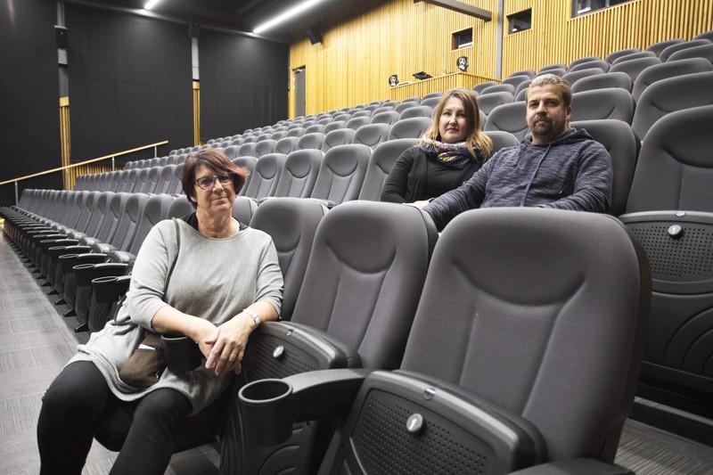 Anita Ohtamaa, Sanna-Mari Pyy ja Marko Annala toivovat, että ihmiset uskaltautuvat niin elokuviin kuin konsertteihin ja muihin tapahtumiin Virta-saliin.