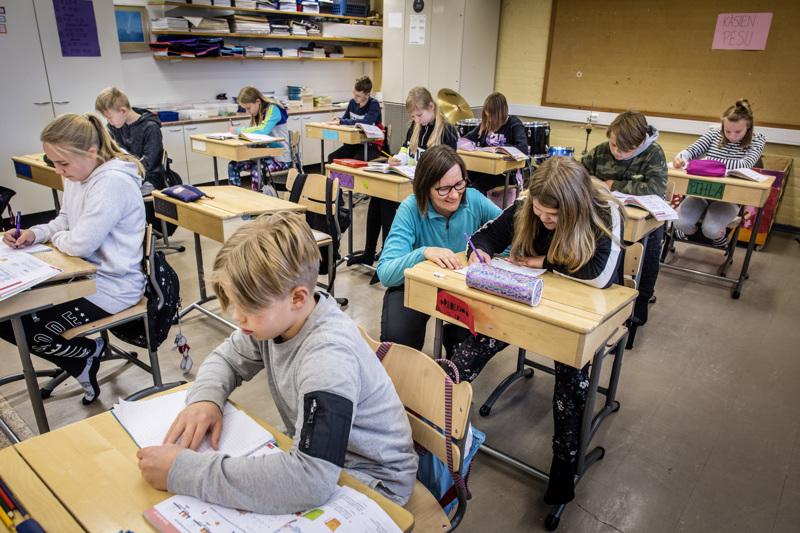 Viime torstaina Kannuksen Raasakan 6C-luokalla ei ollut yhtään oppilasta sairaana. Luokan opettaja Jenni Vikki opastamassa Rebekka Ritvosta.