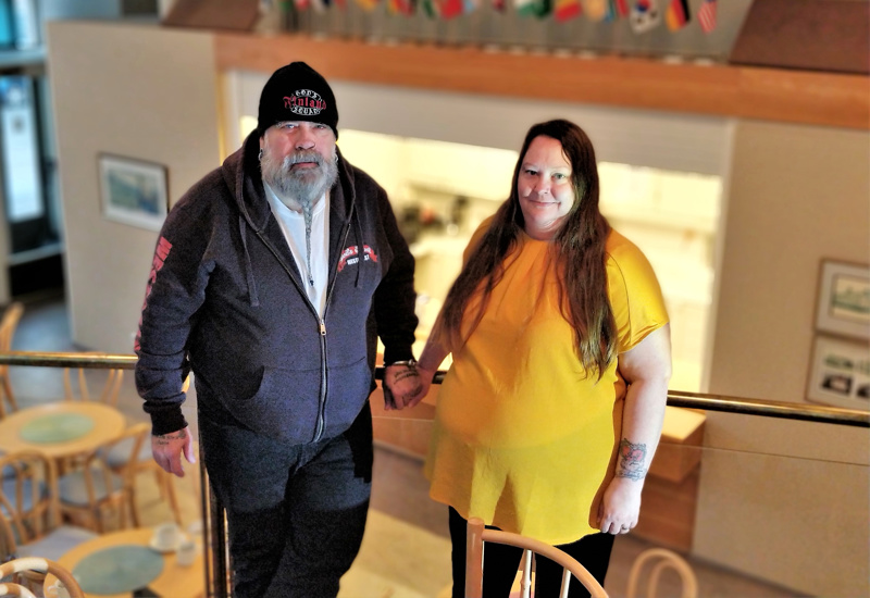 Rolf Pajukankaalla on vetovastuu  Tahto auttaa -yrityksestä, vaimo Patricia Pajukangas auttelee tarvittaessa vaikkapa kahvilassa.