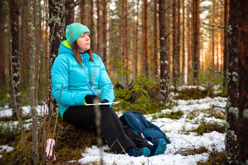 Voimaa kirjoittamisesta. Minna Vörlin on yksi Ari Kunkaan Mun / meidän juttu -valokuvanäyttelyyn kuvaamista ihmisistä.