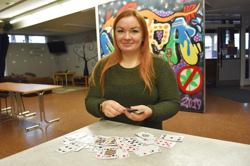 Erityisnuorisotyöntekijä Suvi Honkala kertoo nuopparin ohjaajien pistäneen merkille, että videopelien pelaaminen on vähentynyt nuorten keskuudessa koronasulun jälkeen. Tällä hetkellä esimerkiksi korttipelit ovat nuopparilla suosittua puuhaa.
