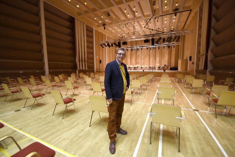 Snellman-salin konsertti-isäntä Pekka Kuusansalo sanoo, että varsinkin salin yleisölämpiö ja takatilat kaipaavat remonttia.