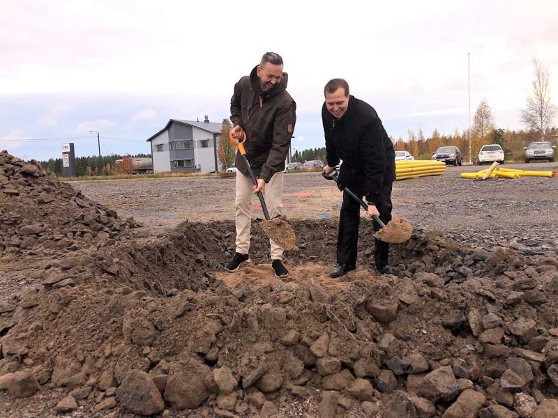 Kruunupyyn kaasuasema toteutuu.  Keskiviikkona vt. kunnanjohtaja Ulf Stenman ja kokkolalainen Jan-Ove Nyman pistivät ensimmäiset kuvaannolliset lapionpistot tontilla.