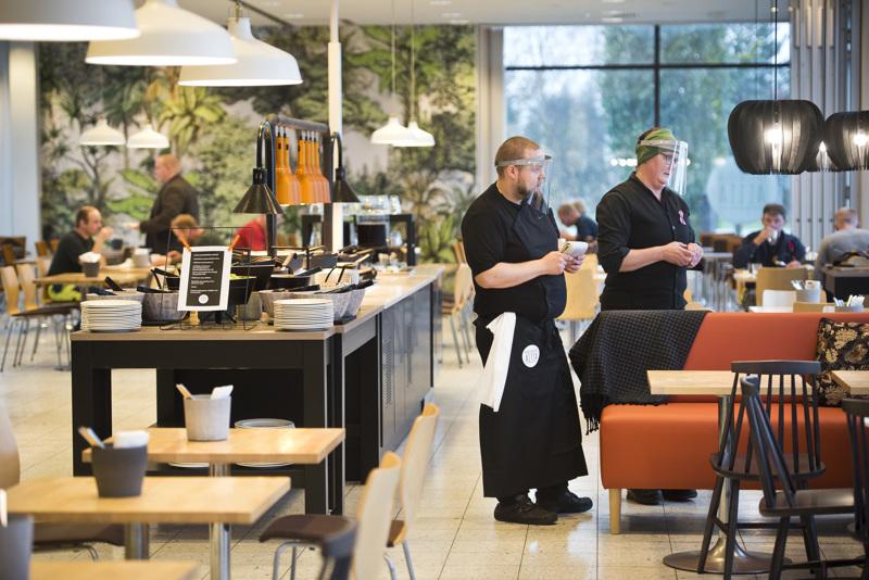 Ravintola Aitan ravintolapäälliköillä Esko Leppäsellä ja Tanja Heikkilällä riitti kiirettä ravintolan avajaispäivänä, mutta silti he ehtivät myös jututtaa asiakkaita.