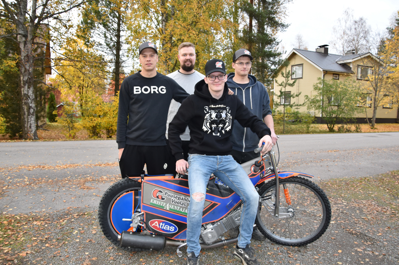Kojoottien loistava kausi on takana. Kuvassa vas. Niko Siltaniemi, joukkueenjohtaja Juho Ruuska, Niilo Vuolas sekä pyörän päällä Antti Vuolas.