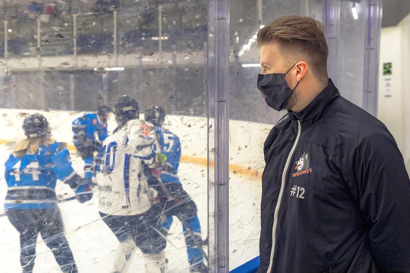 Huskien edustuksen kapteeni Petteri Nokela katsomassa Huskinaisten harjoitusottelua Haapajärven Kiiloja vastaan lauantaina jäähallilla.