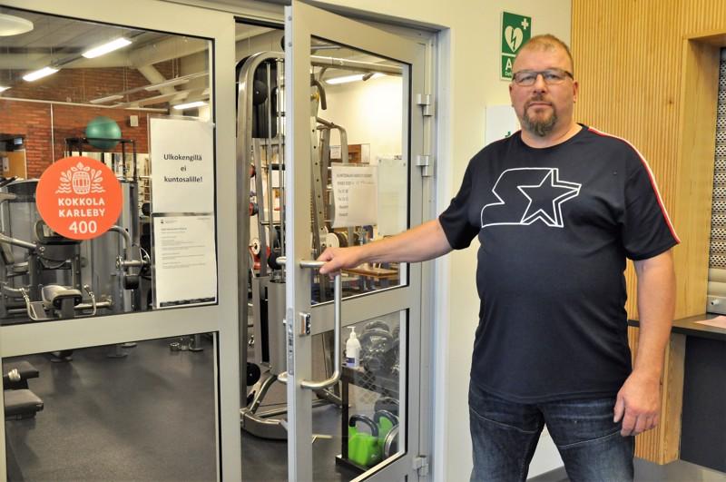 Mikko Niemi kertoo viihtyvänsä työssään erinomaisesti. Lohtajan Mainingin kuntosalilta löytyvät laitteet monipuoliseen harjoitteluun.