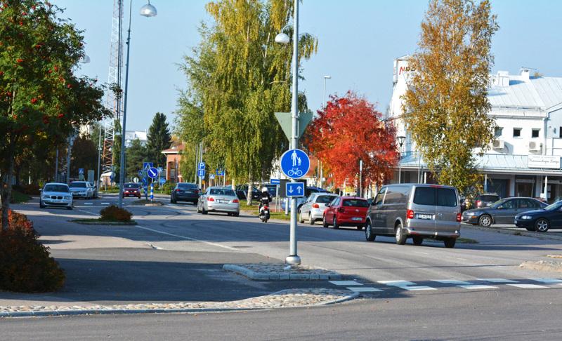 Kortteliralli Nivalan keskustassa häiritsee monia. Poliisin toimin asia ei muutu, tuumii ylikomisario Veijo Alavaikko. Kuvan ajoneuvot eivät liity häiritsevään liikennekäyttäytymiseen.