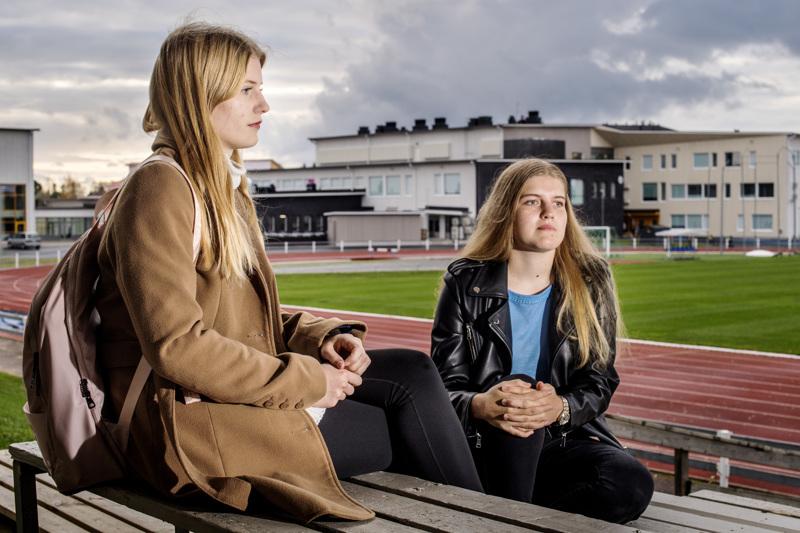 Johanna Hihnala ja Julia Isopahkala valmentavat 12-vuotiaita tyttöjä jalkapallossa ja tietävät, että jo sen ikäisillä on ulkonäköpaineita. Heidän mukaansa käsitellyt some-kuvat aiheuttavat vääristyneitä kauneusihanteita.