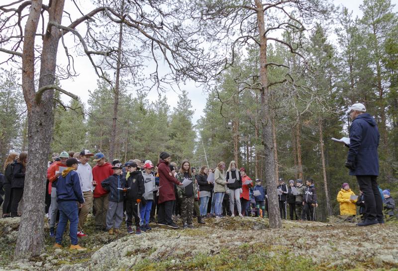 Raumankarin koulun metsäkirkossa rauhoituttiin luonnon helmassa.