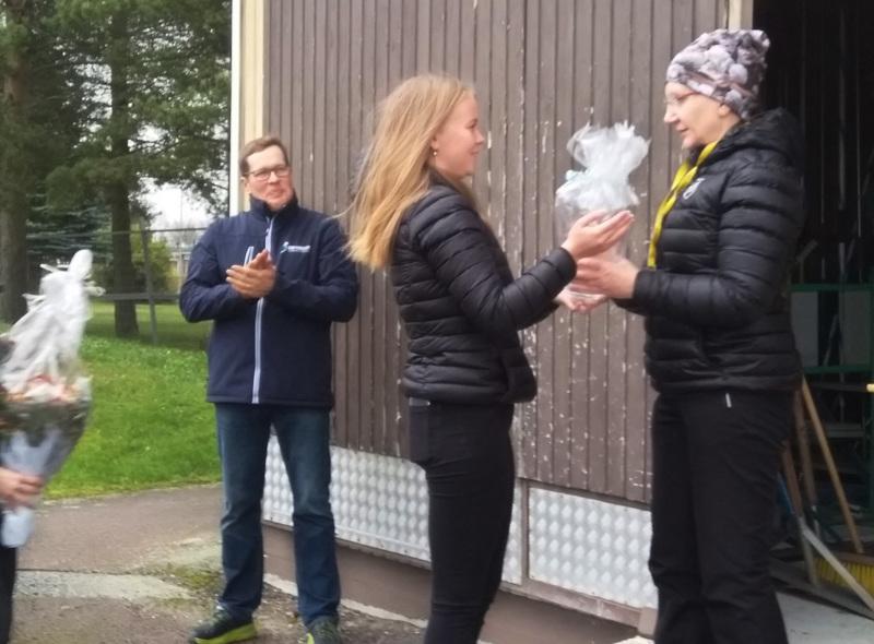 Jaana Ojalaa kiitettiin pitkäaikaisesta työstä yleisurheilun hyväksi. Hän on vastannut muun muassa ohjatusta treeneistä ja viikkokisoista.