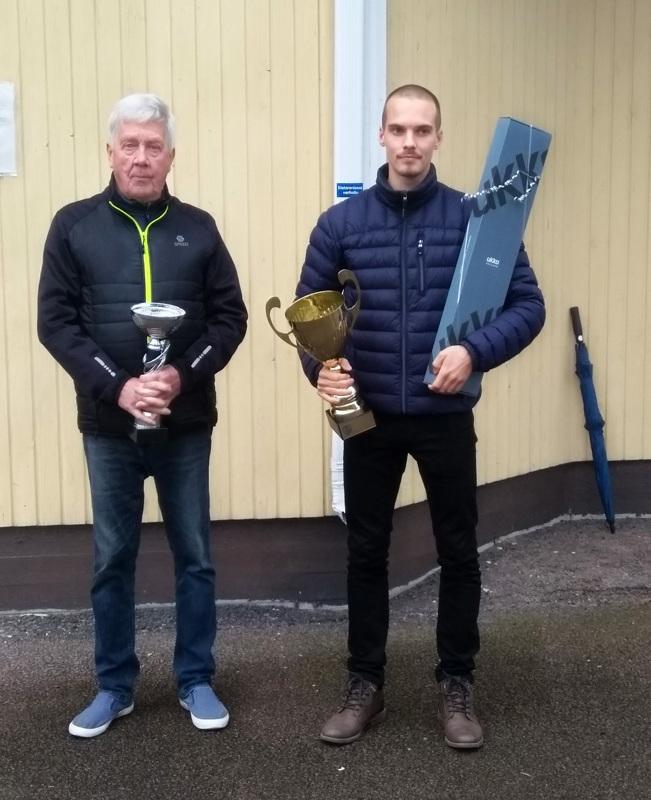 Vuoden valmentaja 2020 Kari Tenhunen ja vuoden urheilija 2020 Miika Tenhunen.