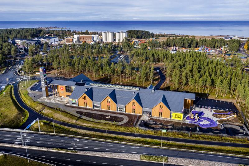 Ostoskylä Raitti avattiin keväällä vuonna 2018. Nyt Kiinteistö Oy Raittia haetaan konkurssiin. Yritysten ovet pysyvät silti avoinna.