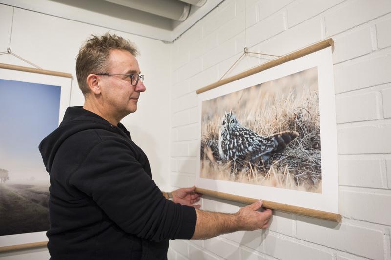"""Jyrki Liikanen testasi näyttelyn kuviinsa hieman erilaisia """"kehyksiä"""". Kuvan pöllön kanssa kuvaajalle muodostui luottamuksellinen suhde: kumpikin katseli toisiaan, mutta tilanne ei pöllöä haitannut."""
