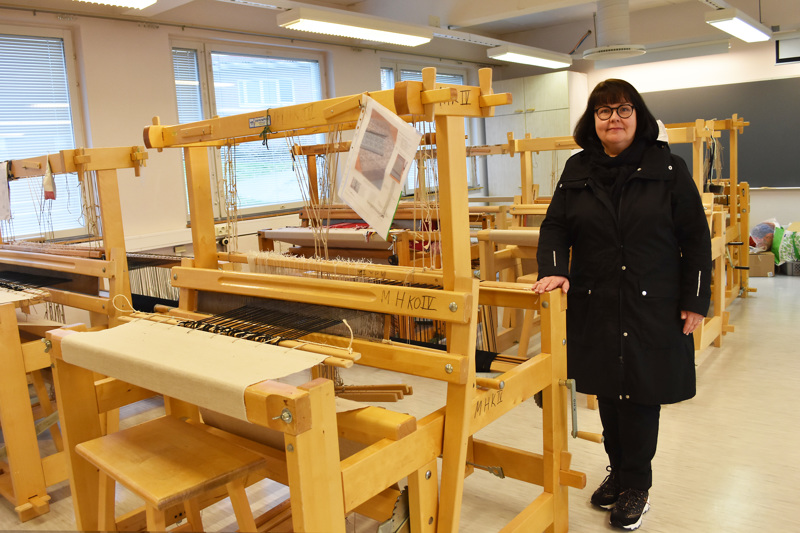 Jokihelmen opiston kutomo on muuttamassa Vienolan kellarista Haapaveden Opiston tiloihin. Rehtori Anu Hultqvist pitää tärkeänä sitä, että kutojille saatiin vihdoin väljemmät ja esteettömät tilat. Samaan luokkaan tulee myös kädentaitojen opetus.