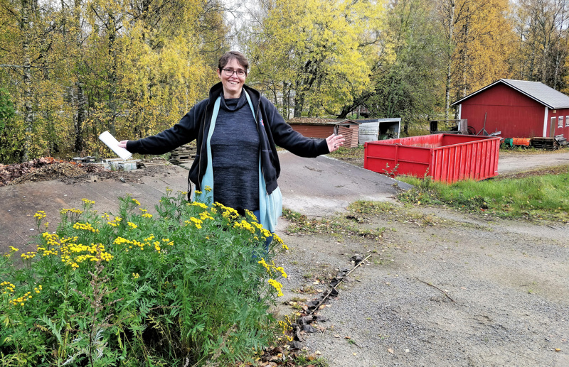 Marianne Bränn, seurakuntayhtymän hautatoimen päällikkö, kanaalin varrella alueella, johon aikanaan tulee uuden hautausmaan ensimmäinen laajennusosa kolmesta.