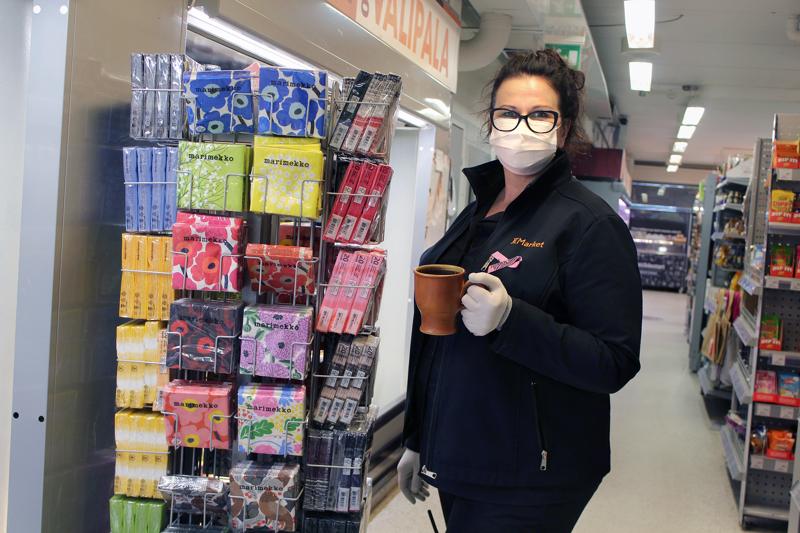 Katri Jukkola ja muu Himangan K-Marketin väki käyttää työssään maskeja.