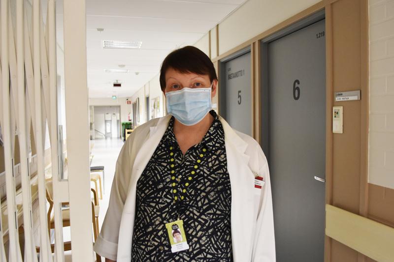 """Laaja-alainen maskisuositus on ollut Pohjois-Pohjanmaalla voimassa kaikessa potilastyössä maanantaista lähtien. Ylilääkäri Anne Niemelä pitää maskin käyttöä erittäin suositeltavana myös kauppareissuilla ja muissa paikoissa, joissa turvaväleistä on hankala pitää kiinni. """"Edelleen on tärkeää jatkaa myös hyvää käsi- ja yskimishygieniaa"""", hän muistuttaa."""