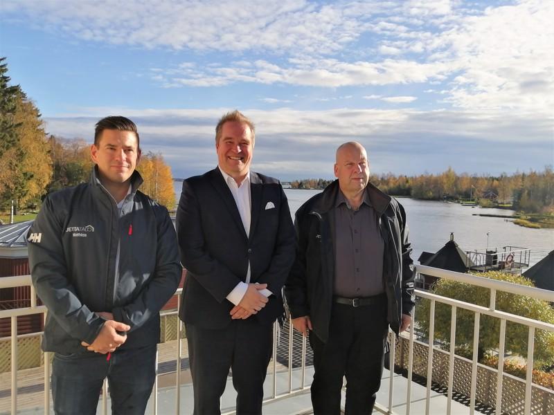 Tällaiseen maisemaa sitä suomalainen mieluiten rakentaisi, pohti Jetta-Talon toimitusjohtaja Tero Hietaniemi vierellään myyntiedustajat Mathias Kronholm ja Bo-Erik Sundqvist.