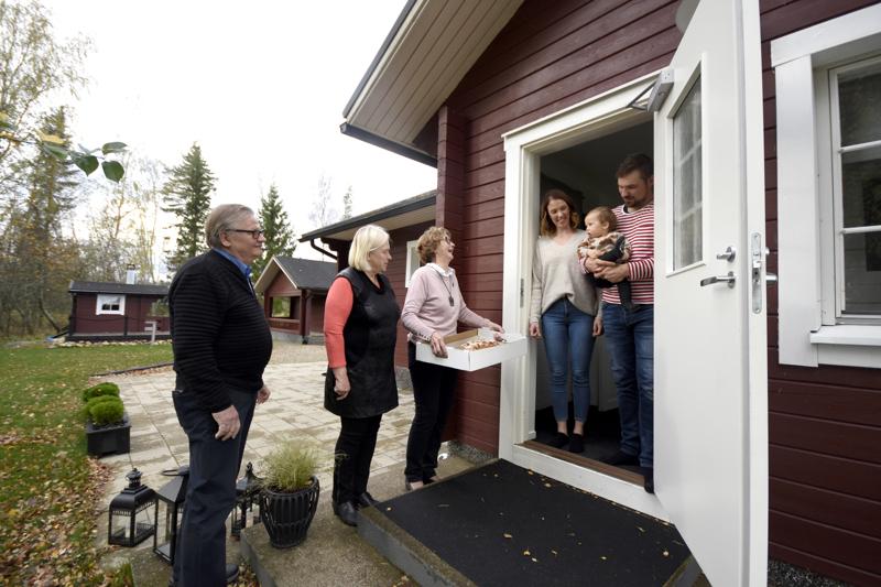 Anna-Kaisa, Väinö ja Kalle Pietilä vastaanottivat Kokkolan Karjalaseuran rotinat mielellään. Perheen vanhemmilla on molemmilla karjalaisjuuret. Rotinat toivat Lohtajalle Lauri Käki, Raija Laitila ja Irja Junttila.