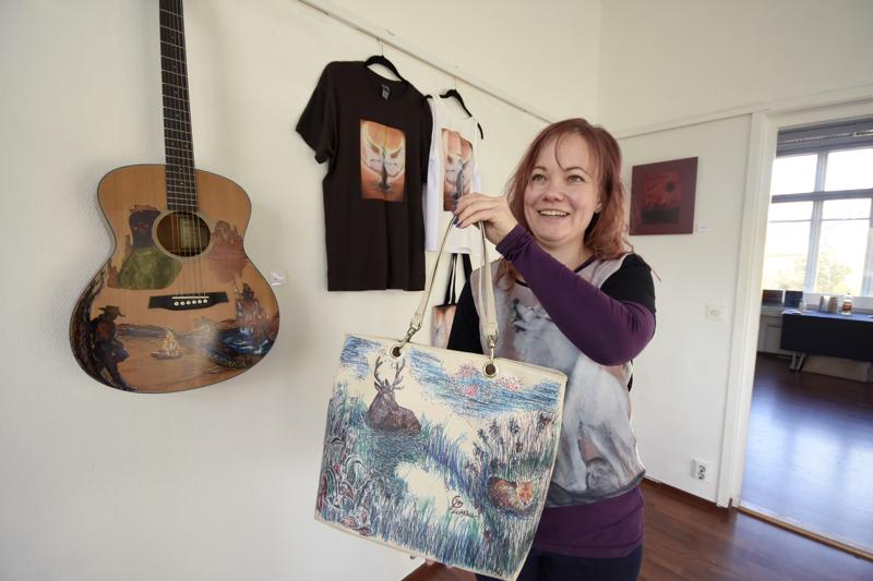 Jaana Vuolteenaho on löytänyt piirrostensa alustaksi esimerkiksi laukun ja kitaran.