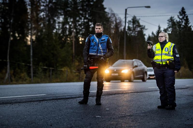 Vanhempi konstaapeli Jonas Lindfors ja nopeutta mittaava vanhempi konstaapeli Karoliina Rautaketo liikenteen valvonnassa kasitiellä. Poliisi on huolissaan joidenkin nuorten kuljettajien liikennekurista.