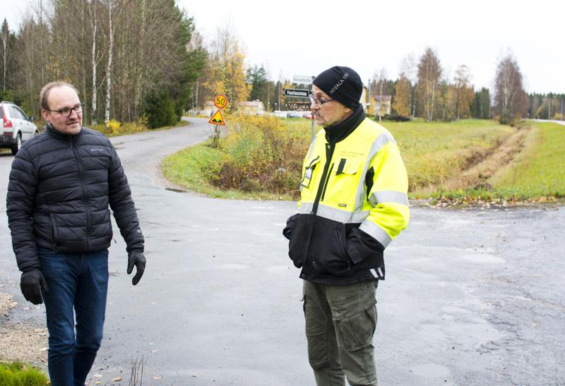 Elyn suunnitelmien mukaan kevyen liikenteen väylä jatkuisi Kajaanintien ja Koivuahontien risteykseen. Kuvassa Koivuahontien peruskorjaushanketta vetävän Eteläniemi A & E Oy:n TIKO-tieisännöitsijä Ari Eteläniemi ja Nivalan kaupungin tekninen johtaja Jouni Hautala.