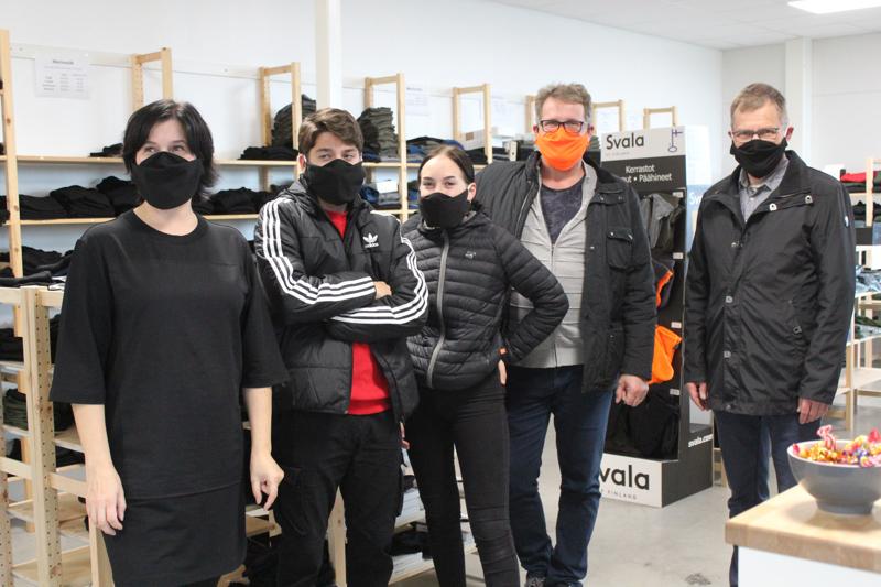 Musta on nuorten mielestä paras maskin väri. Yläasteen ja lukion opiskelijat ja opettajat saavat Finnsvalan lahjoittamat maskit käyttöön lähiaikoina. Lahjoituksen vastaanottivat Ossi Ruotsalainen, Riina Halmetoja, Juha Korkiakoski ja kunnanjohtaja Esa Jussila.