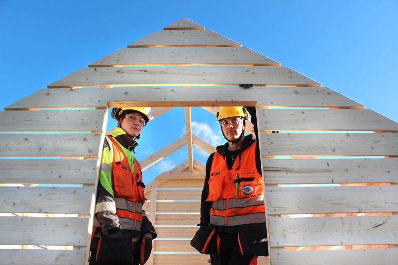 Talonrakennus, kirvestyöt -sarjassa rakennettiin kuusi puulatoa, joista viidelle on jo ostaja tiedossa. Tuomarit arvostivat ykköseksi Jari Wörlinin kilpailutyön. Avustajana hänellä toimi Niko Säily, ensimmäisen vuoden opiskelija Kalajoen talonrakennuslinjalta.