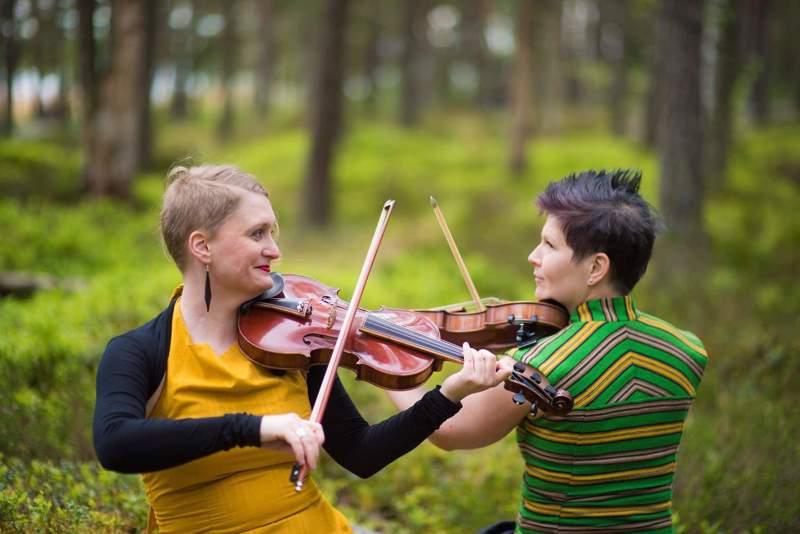 Emilia Lajunen ja Suvi Oskala soittavat viisikielisiä hybridiviuluja. Akustinen duo kuulostaa soittajamääräänsä suuremmalta.