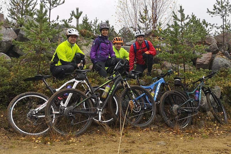 Neljä pyöräilyjaoston perustajajäsenistä, Jani Hämäläinen (vas.), Piia Jylhä, Jari Isokääntä ja Pertti Hiltunen, kävivät viime viikonloppuna etsimässä Ylivieskasta uusia ajoreittejä.