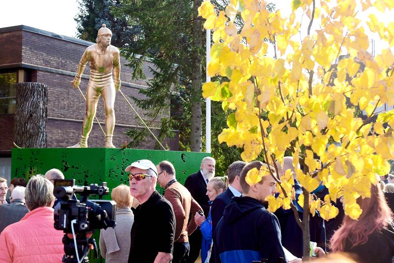 Legenda. Juha Miedon patsas paljastettiin Kurikassa.