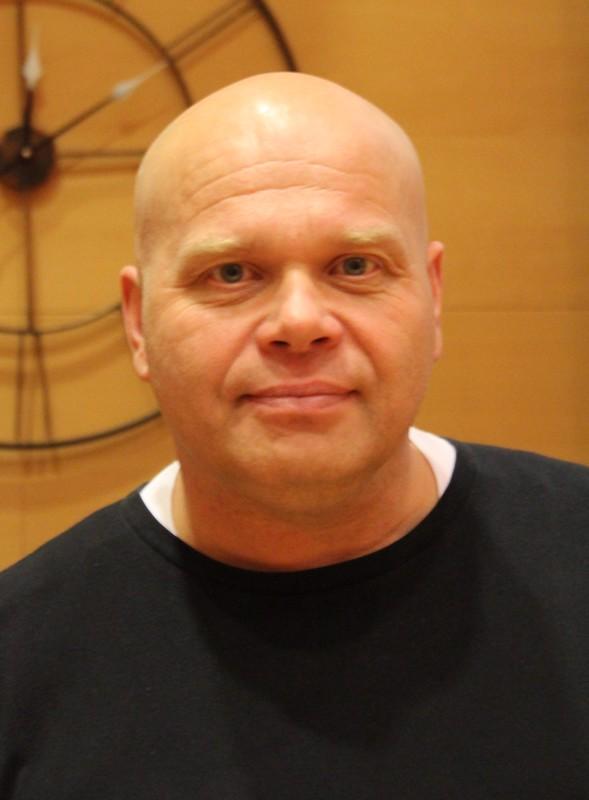 Pasi Tuomaila on entinen narkomaani. Nykyisin hän työskentelee vastaavana ohjaajana Avominne Päihdeklinikoilla Lahdessa