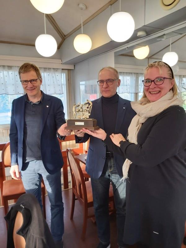 Palkinnon vastaanottivat kunnanjohtaja Esa Jussila ja kunnanhallituksen puheenjohtaja Pekka Anttila ja sen luovutti Pohjois-Pohjanmaan Yrittäjistä Marjo Kolehmainen.
