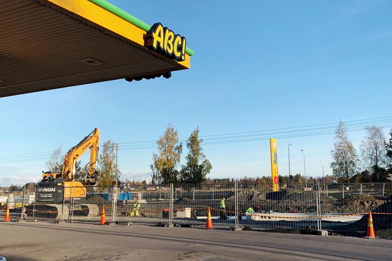 ABC Joutsentien uusi mittarikenttä rakennetaan nykyisen parkkialueen viereen. Työt valmistuvat marraskuun aikana.