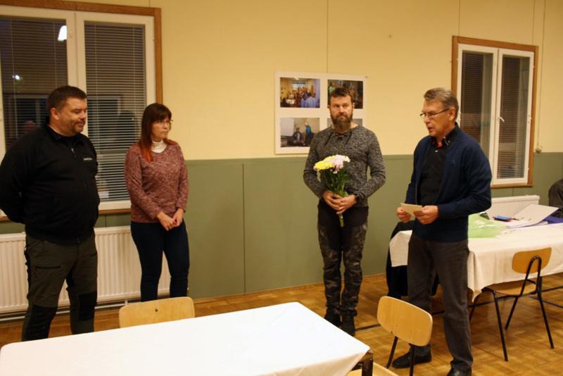 Lions Clubin kulttuuripalkinnon vastaanottivat Ylikylän kyläyhdistyksestä Harri Simola ja Minna Miettinen. Palkinnon luovuttivat Janne Hietalahti ja Allan Kauppinen.
