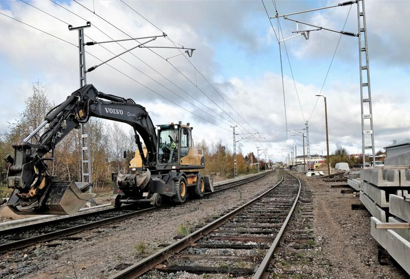Framin ja Pietarintien tasoristeysten välillä käynnissä olevat asennukset kuuluvat hankkeeseen, jossa rakennetaan turvalaitteet Pietarsaaresta aina Pietarsaari-Pedersören asemalle asti.