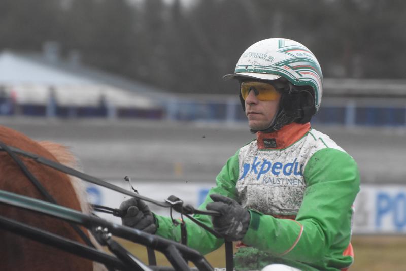 Teerijärven mies Ville Pohjola ajaa ahkerasti kilpaa loppuviikon. Sunnuntain työmaa on Ylivieskassa.