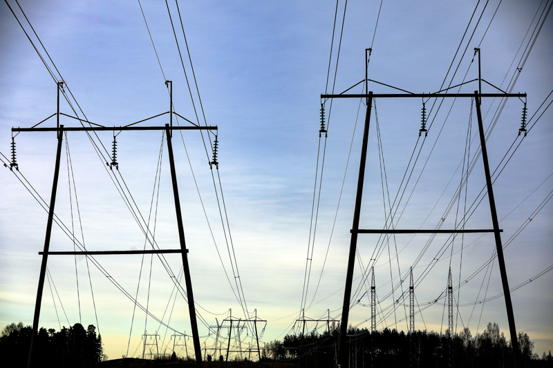 Sähkön siirtohintojen nousua yritetään saada kuriin lakimuutoksella, joka antaisi Energiavirastolle mahdollisuudet korjata hintojen sääntelyn nykyiset puutteet.