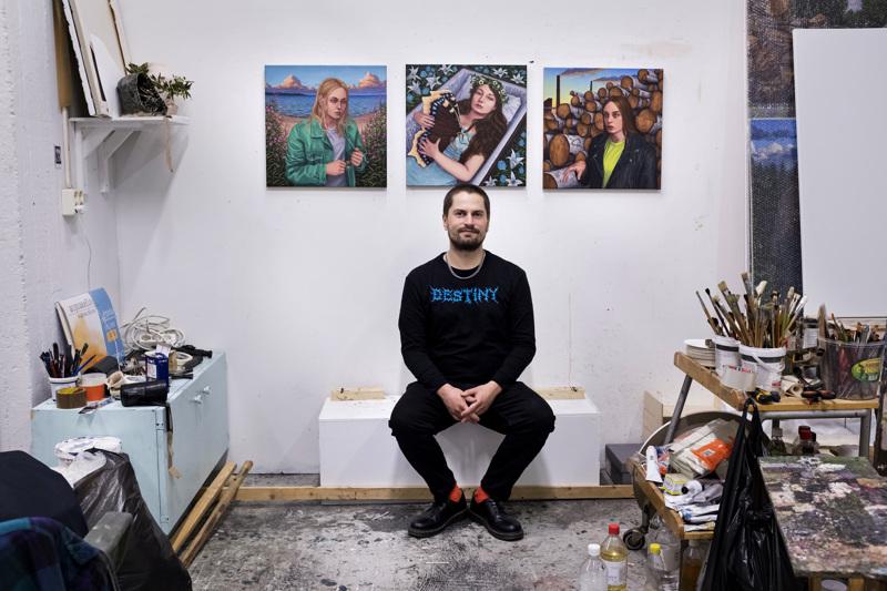 Joel Slotten työhuoneen seinällä Maustetytöt-duon singlen ja albumin kansimalaukset.