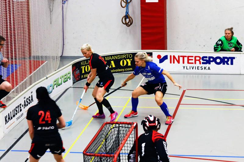 SB Nivalan Kaisu Vähäsöyrinki suojaa palloa (toinen vas.). Jenna Häggman (vas.) tarjoaa vaihtoehdon syötölle ja Helmi Kivioja pitää maalinsa etukulman visusti tukittuna.