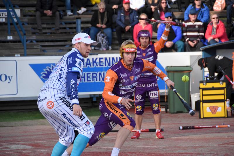 Sotkamon Jymyn Niko Korhonen (oik.) oli kauden paras runkosarjassa ja pudotuspeleissä. Vimpelin halsualaiskasvatti Perttu Ruuska pääsi myös palkinnoille perjantain tilaisuudessa.