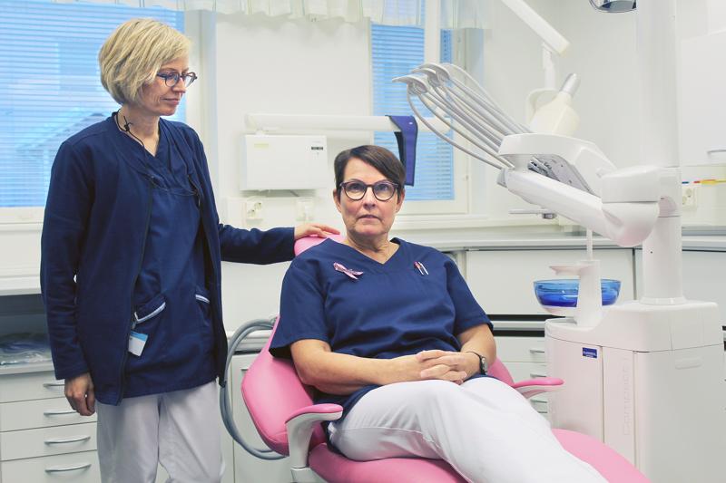 Hammaslääkärien vastaanottotiloissa potilastuolit hehkuvat pastelliväreissä. Niistä iloitsevat myös  suuhygienisti Taina Rantanen ja osastonhoitaja Helena Kamunen.