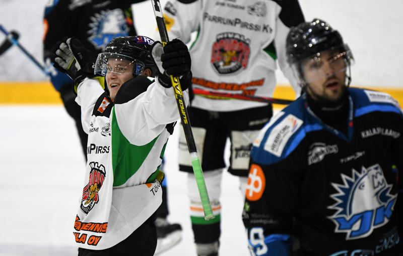 YJK:n puolustajilla piti kiirettä kaksi maalia viimeistelleen Ville Peltomaan kanssa.